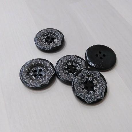 Botón de madera negro con flor